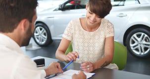 Agenta nieruchomości podpisywania kontrakt z żeńskim klientem Zdjęcie Stock