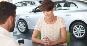 Agenta nieruchomości podpisywania kontrakt z żeńskim klientem Fotografia Royalty Free
