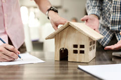 Agenta nieruchomości znak dla domu kontrakta własności dla sprzedaży w th Obrazy Royalty Free