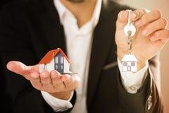 Agenta Nieruchomości domu hoding model, domu klucz i Obrazy Royalty Free