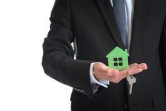 Agenta nieruchomości mienia domu klucz i model Obrazy Royalty Free