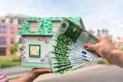 Agenta nieruchomości mienia modela dom od papierowego i nowego propert Obrazy Royalty Free