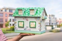 Agenta nieruchomości mienia modela dom od papieru Zdjęcie Stock