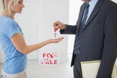 Agenta nieruchomości omijania domu klucz kobieta Zdjęcie Royalty Free