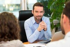 Agenta nieruchomości spotkania para przy biurem Obraz Royalty Free