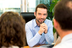 Agenta nieruchomości spotkania para przy biurem Obraz Stock
