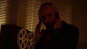 Agenta specjalnego harcerz słucha rozmowy i robi rejestrowi na tape7 zbiory