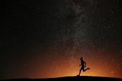 Agentatleet die op de heuvel met mooie sterren lopen royalty-vrije stock afbeeldingen