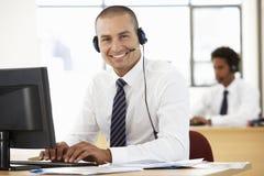 Agente amistoso Talking To Customer del servicio en centro de llamada imagen de archivo