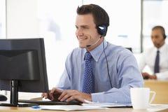 Agente amistoso Talking To Customer del servicio en centro de llamada imagenes de archivo