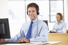 Agente amistoso Talking To Customer del servicio en centro de llamada imágenes de archivo libres de regalías