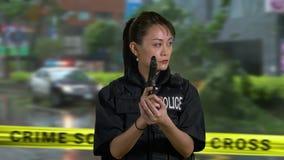 Agente da polícia americano asiático da mulher na cena do crime video estoque