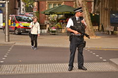 Agente da polícia armado High Street Kensington Londres Imagens de Stock Royalty Free