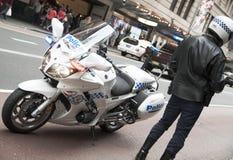 Agente da polícia com bicicleta do motor Fotos de Stock