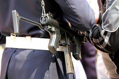 agente da polícia com controlos de armas de máquina o traficante de drogas imagens de stock royalty free