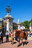 Agente da polícia em um cavalo no Buckingham Palace Londres, Reino Unido Imagens de Stock Royalty Free