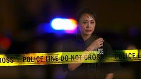 Agente da polícia fêmea chinês que usa o rádio filme