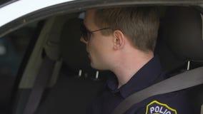Agente da polícia que espera o colega fêmea, senhora que obtém no carro e que conduz afastado vídeos de arquivo