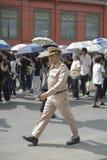 Agente da polícia tailandês no dever fora da estrada grande Banguecoque do palácio, Tailândia Imagem de Stock
