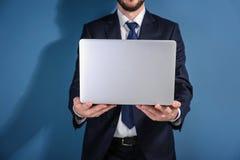 Agente de bolsa de acción con el ordenador portátil Fotos de archivo libres de regalías