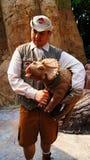 Agente de Jurassic Park com um Triceratops do bebê Foto de Stock Royalty Free