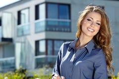 Agente de la propiedad inmobiliaria de sexo femenino Fotografía de archivo libre de regalías
