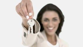 Agente de la propiedad inmobiliaria que muestra llaves de la casa almacen de metraje de vídeo