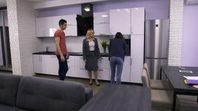 Agente de la propiedad inmobiliaria de sexo femenino que muestra el apartamento a los pares metrajes
