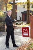Agente de la propiedad inmobiliaria sonriente Foto de archivo
