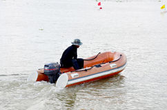 Agente de segurança que monta o barco inflável Fotografia de Stock