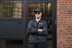 Agente de segurança Standing In Front Of The Entrance foto de stock