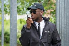 Agente de segurança Using Walkie-Talkie imagens de stock royalty free