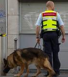 Agente de seguridad con el perro Foto de archivo libre de regalías