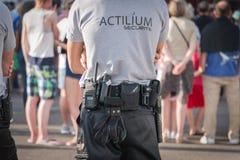 Agente de seguridad durante un concierto de rock Fotos de archivo