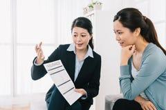 Agente de seguro que explica el planeamiento de la garantía foto de archivo libre de regalías