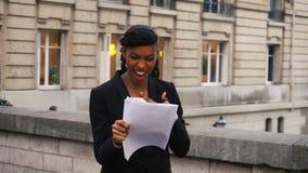 Agente de seguro que habla en el teléfono con el cliente, júbilo de la mujer joven en el éxito metrajes