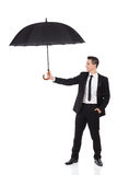 Agente de seguro que sostiene el paraguas Fotografía de archivo libre de regalías