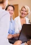 Agente de seguro y pensionistas femeninos Foto de archivo libre de regalías