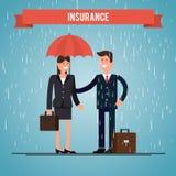 Agente de seguros protege a mulher da chuva Fotos de Stock