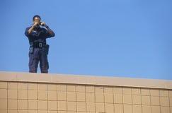 Agente de servicio secreto en tejado Fotos de archivo