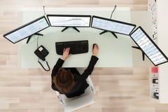 Agente de sexo femenino Looking At Graphs del mercado de acción imagen de archivo libre de regalías