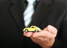 Agente de vendas que oferece um carro Fotografia de Stock