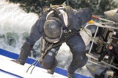 Agente Decends del GOLPE VIOLENTO en cuerda de la nave móvil Fotografía de archivo