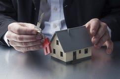 Agente del agente inmobiliario que vende una propiedad al nuevo dueño casero Imágenes de archivo libres de regalías