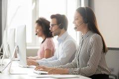 Agente del centro de atención telefónica en trabajo de las auriculares en oficina del cuidado del cliente fotos de archivo libres de regalías