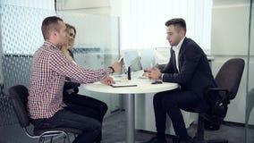 Agente del negocio que tiene una reunión con los clientes almacen de video