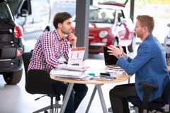 Agente dell'automobile che parla con il cliente fotografia stock