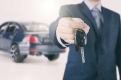 Agente di affitto o di vendita dell'automobile immagini stock
