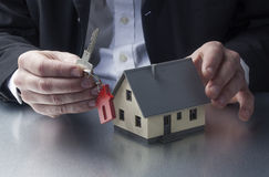 Agente di agente immobiliare che vende una proprietà al nuovo proprietario domestico Immagini Stock Libere da Diritti