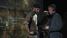 Agente di governo che parla con militari fotografia stock